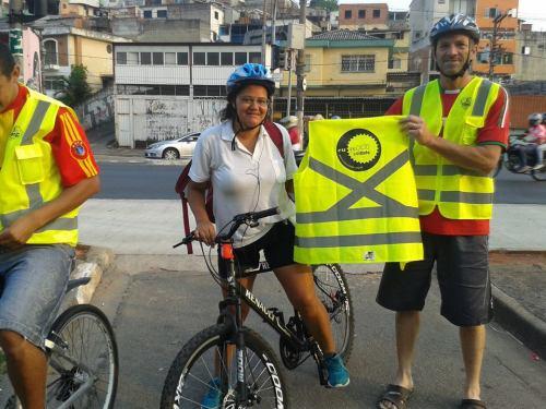 guerreira solitária, única mulher entre os 100 ciclistas que receberam os coletes. foto de roberson miguel