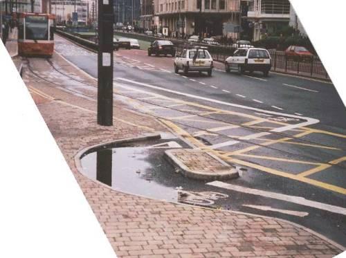 """""""crap cycle lane"""" em wellesley road. imagine o quanto cicloativistas ingleses não criticaram esse troço. clique na imagem e saiba mais sobre esse local."""