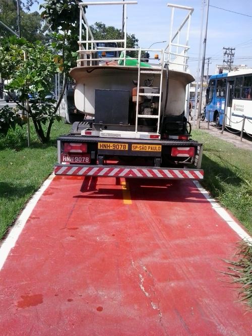 caminhão da prefeitura estacionado na ciclovia. note, ciclovia, não ciclofaixa. ele manobrou bem para entrar aí de ré.