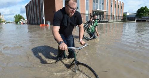 enchente em calgary, em junho de 2013. ciclistas passaram
