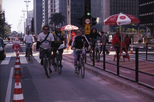 a lilica e seu sorrisão na avenida paulista num domingo mágico: a inauguração da ciclovia. que venham mais domingos assim!