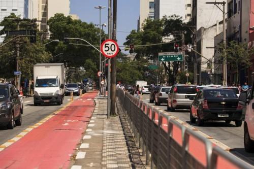 """Av. São Joaquim. %0 km/h, ciclofaixa, e grade para opedestre ter que andar mais e nunca atravessar """"onde não deve"""". Foto: Oswaldo Corneti/ Fotos Públicas (18/09/2015)"""