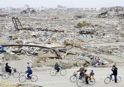 japão, 2011, depois do terremoto: apenas pedestres e ciclistas.