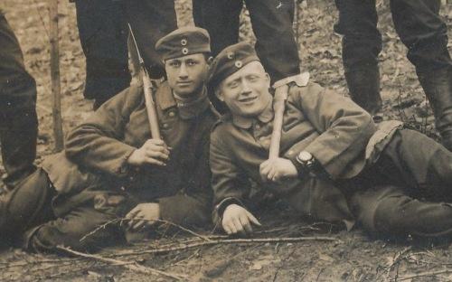 soldados alemães durante a I guerra. no pulso à esqeurda do soldado à direita, um relógio de bolso acomodado numa wristlet, pulseira de couro especial para acomodar no pulso relógios de bolso.