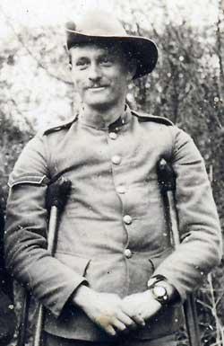 fora de combate e ferido na guerra dos bôeres, um soldado britâniconão deixa de usar seu relógio de pulso..