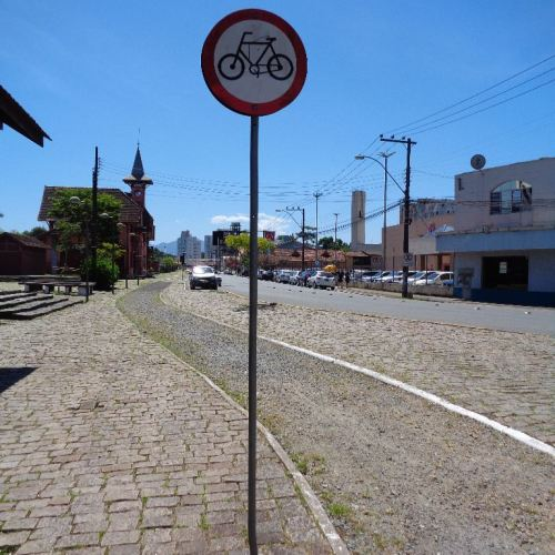 ciclovia em joinville - SC, em frente ao museu da bicicleta.. em obras? cresce mato entre as pedrinhas...