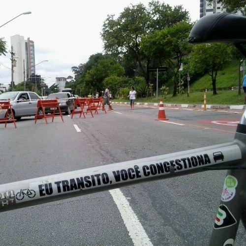 Av Luiz Dummont Villares aberta às pessoas, enquanto os poluidores desviavam o trajeto. o recado no quadro da bicicleta.