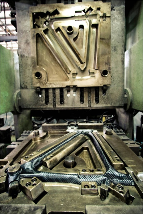 prensa robotizada da coreana giant, fabricando um quadro de fibra de carbono.