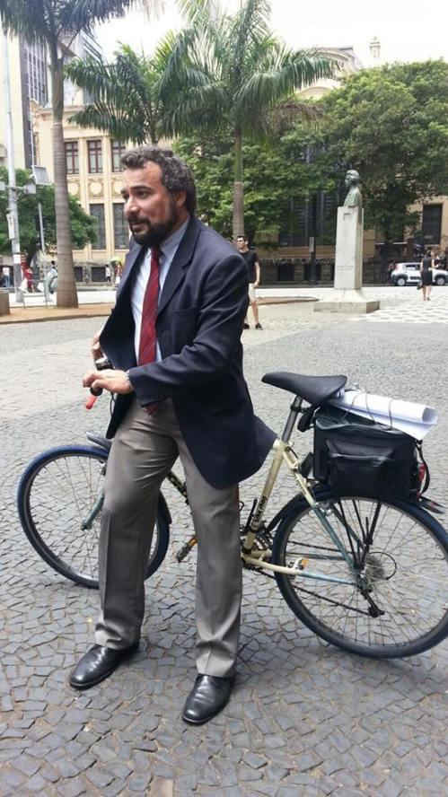 terno e bicicleta. combinação ainda rara, em razão do anacronismo dessa vestimenta num país tropical.