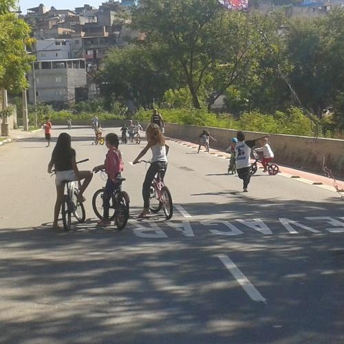 crianças brincando numa rua aberta às pessoas, na Av. Koshun Takara, nesse domingo. foto de Roberson Miguel Santos.