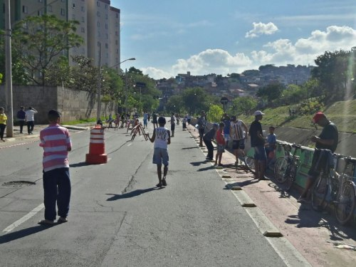 avenida koshun takara aberta nesse domingo, as crianças brincando. fato de patrício elias.