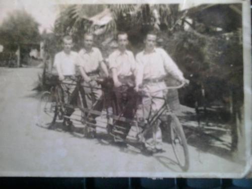 nessa foto, meu avô, dois tio-s-avôs e um primo deles.  entre 1930 e 1940. meu tio avô Hempi à direita, foi quem fez essa longa tandem!