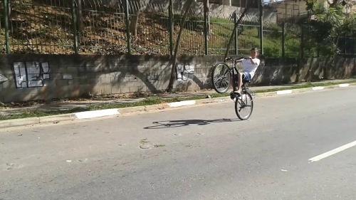 """menino """"dando grau"""" em sua bicicleta...."""
