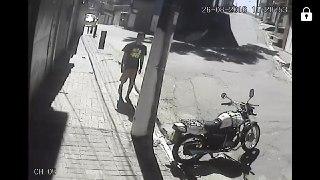 o ladrão que furtou essa motocicleta. espalhada essa imagem, a motocicleta do motoboy foi abandonada em outro lugar. foto fornecida por um colega.