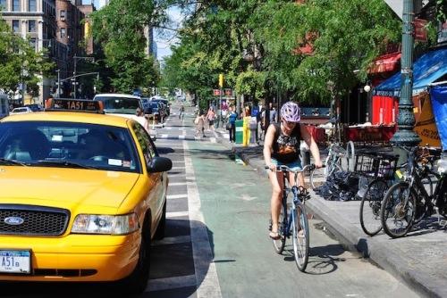 uma ciclofaixa novaiorquina, obra de Bloomberg, que Dória adoraria desfazer.